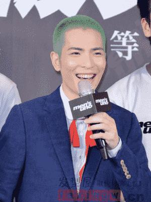 最近男神萧敬腾出席一场活动,染了一头绿色的发型,剪短成板寸头的